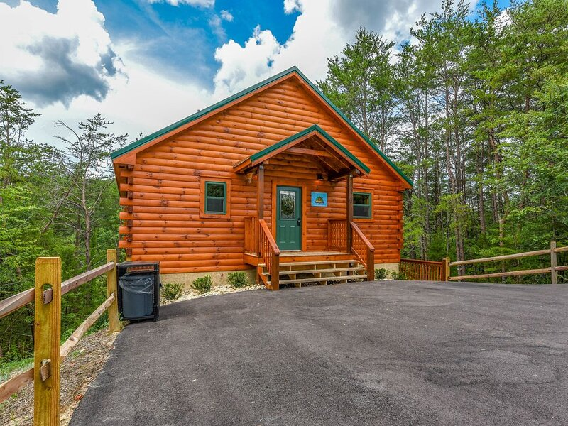 Free Tickets | Hot Tub, Pool Table, Media Room, Easy Access Crazy Like a Fox!, location de vacances à Pigeon Forge