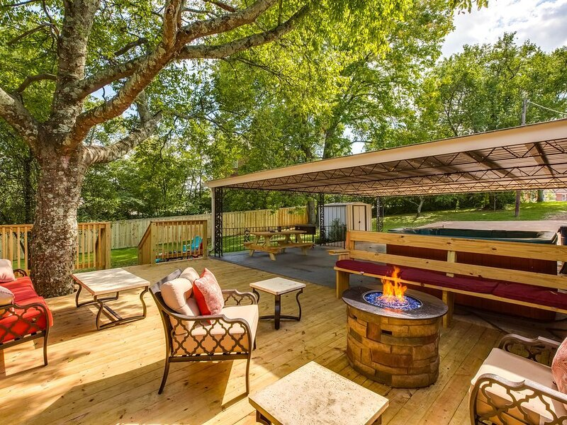 4 Bed/2 Bath Like New - Hot Tub, Bar & 2 Fire Pits, Ferienwohnung in Goodlettsville