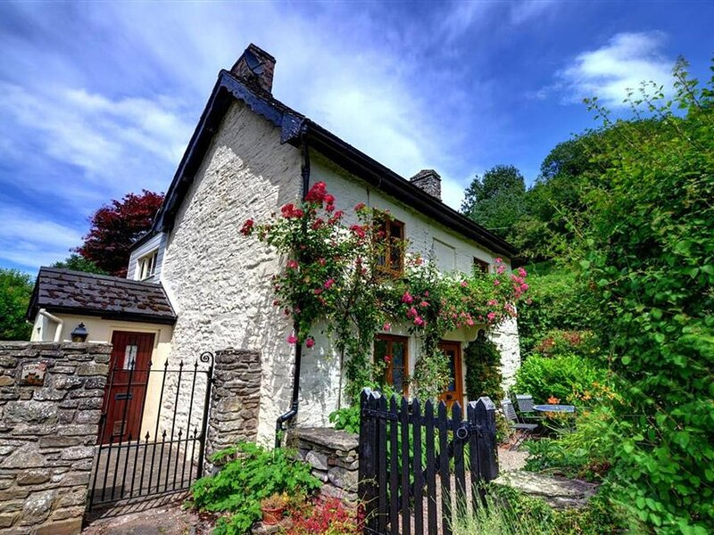 An lovely 17th century detached cottage in idyllic surroundings, with a mill str, location de vacances à Glasbury-on-Wye