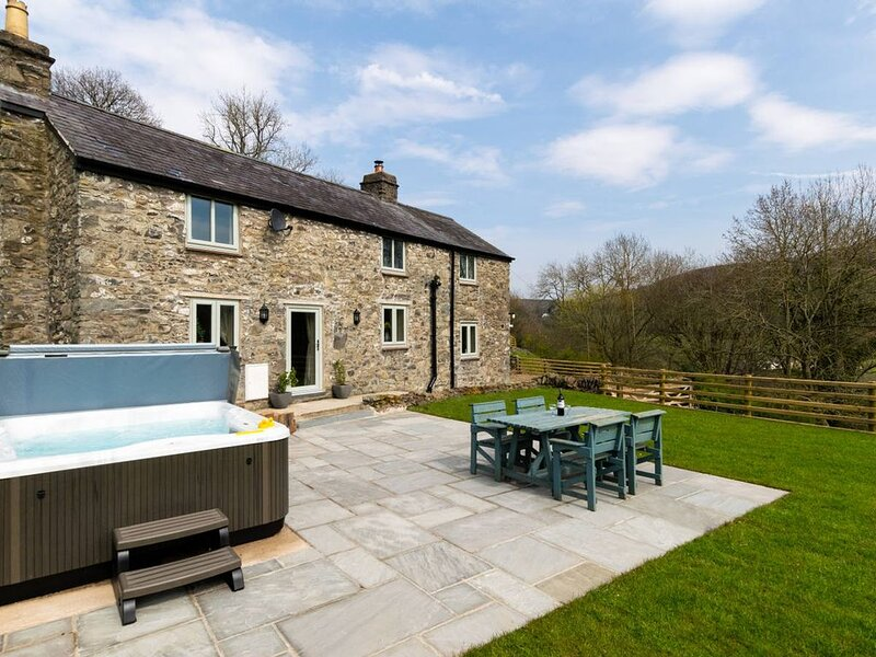 Enjoy North Wales at its very best at this stylish hide-away with a hot tub, log, alquiler de vacaciones en Abergele