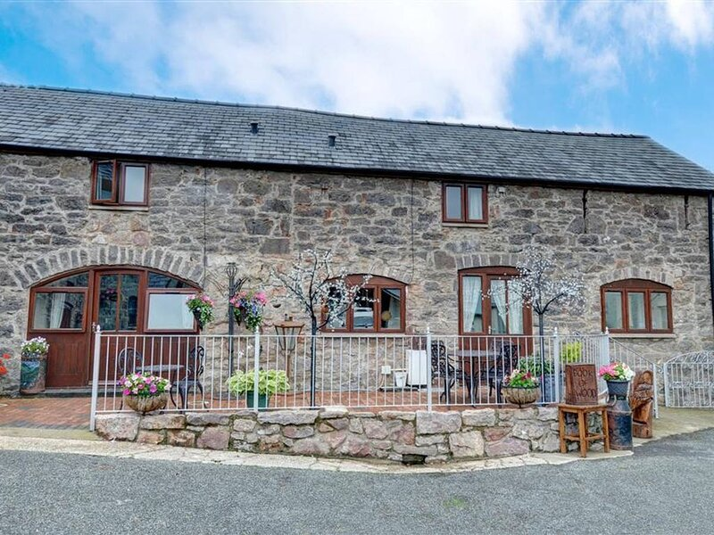 2 Dolwen Farm Shop is one of two adjoining cottages in the courtyard of a workin, alquiler de vacaciones en Abergele