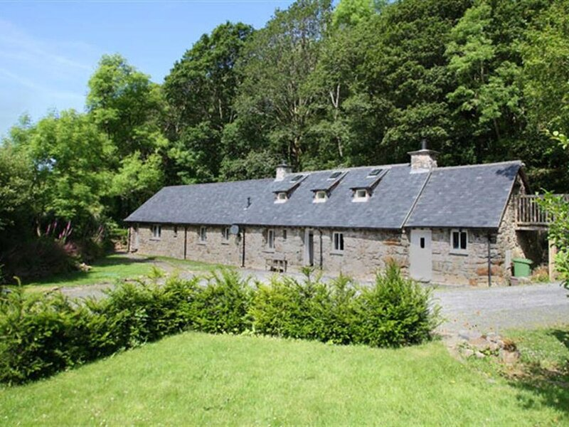 This deceptively spacious Longhouse has been lovingly restored to ensure the his, casa vacanza a Ganllwyd