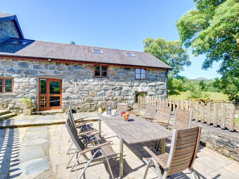 A spacious barn conversion, on several levels and retianing beams and other inte, casa vacanza a Ganllwyd