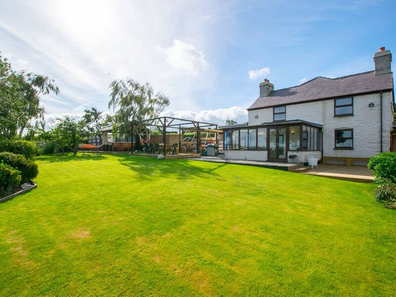 This North Wales farmhouse offers the ultimate destination for your next get-tog, casa vacanza a Denbigh