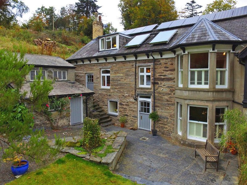 Stunning and traditional yet quirky and fun - this property will give you the lu, vacation rental in Machynlleth