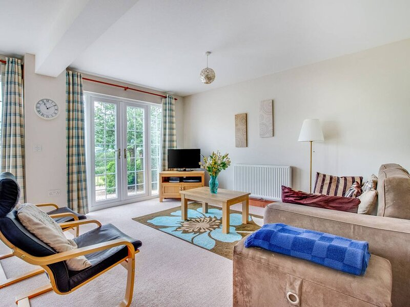 The large windows of this secluded, comfortable and well-equipped cottage allow, location de vacances à Abergavenny