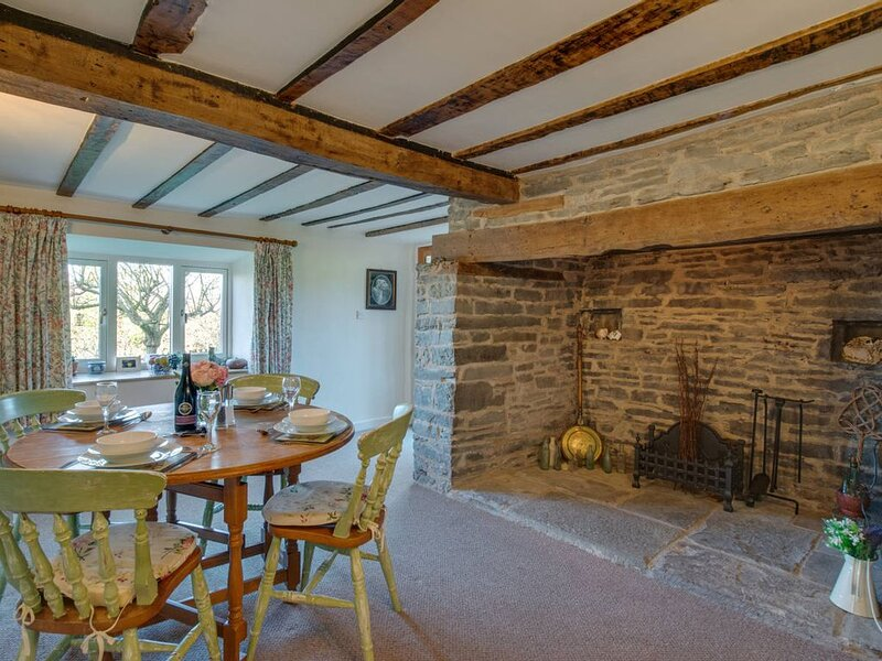 Dating back to the late 18th Century, this gorgeous cottage has kept its wonderf, location de vacances à Kingswood