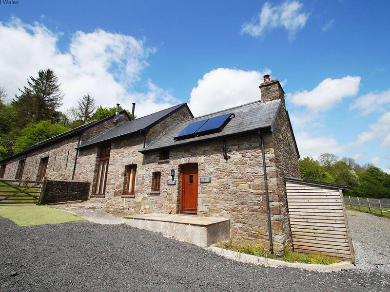 Light, spacious, and yet cosy and full of character, this cottage is a real gem., casa vacanza a Llandovery