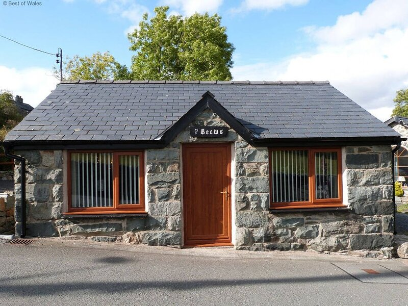 Once the bakery for the village of Trawsfynydd, this cottage is cosy and modern,, vacation rental in Gellilydan
