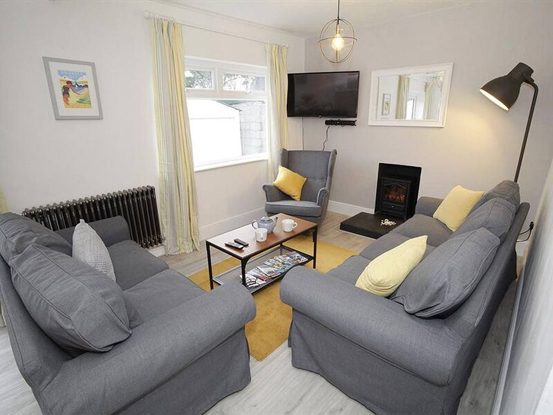 A charming cottage in a quiet spot, within walking distance of Bracelet Bay and, holiday rental in Southgate