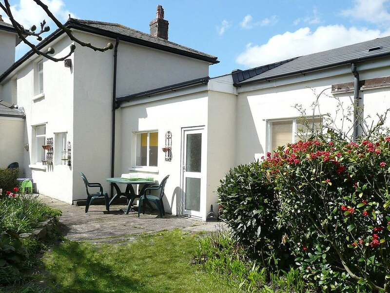 This well-presented cottage, furnished in contemporary style, is adjoing the own, location de vacances à Tongwynlais