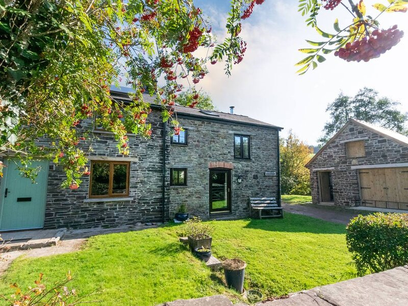 Abereithrin Cottage is a cosy and peaceful hideaway with a log burner and is sur, vacation rental in Llanwrtyd Wells
