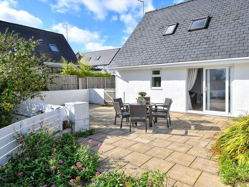 Located in a quiet residential area of Abersoch, this lovely house offers light,, aluguéis de temporada em Abersoch