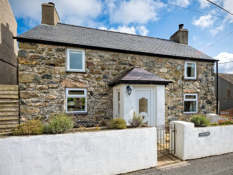Glan Parc is a beautifully presented detached cottage situated in the rural haml, vacation rental in Fron