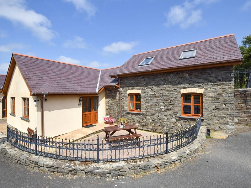 One of three cottages on site, Blaenilar has been thoughtfully equipped and tast, aluguéis de temporada em Llanon