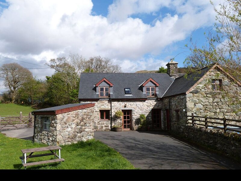 Traditional, dog-friendly Welsh cottage with lovely interior 2 miles from amenit, holiday rental in Llanfachreth