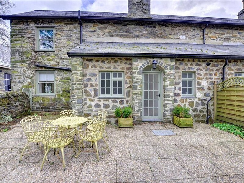 In a traditional estate courtyard setting, The Bothy provides comfortable accomm, location de vacances à Tremadog