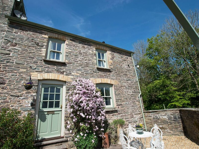 Beautiful 2-bedroomed stone-built cottage situated in an idyllic and secluded lo, location de vacances à Llandovery
