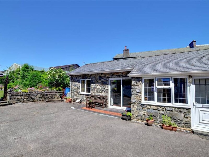 The Old Stables is in the perfect location for a couple looking for town centre, casa vacanza a Llanwrthwl