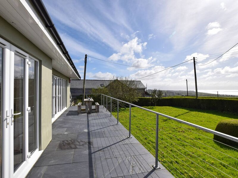 Sea views, woodburner and within a mile of the Wales Coast Path, sandy beaches a, holiday rental in Llwyndyrys