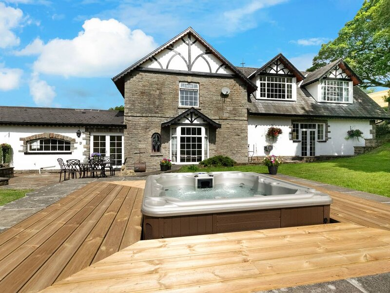 Perfect for Groups, families and get-togethers. Gorgeous Farmhouse with hot tub, casa vacanza a Rhondda Cynon Taf