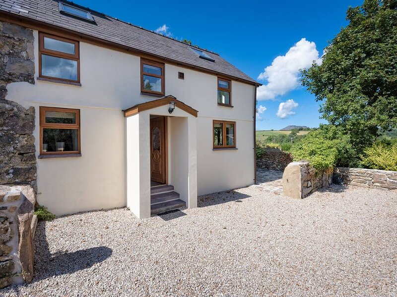 In a lovely rural position just a short drive to the popular seaside villages of, holiday rental in Cylch-Y-Garn