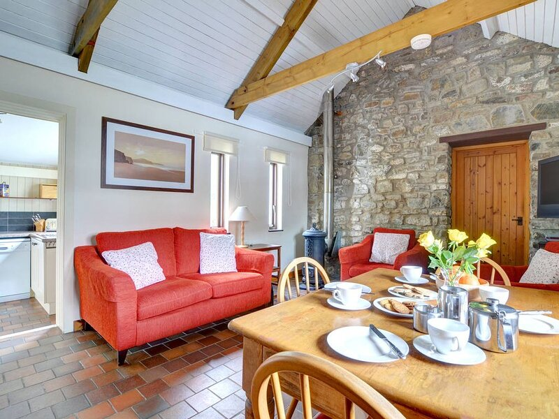 With 2 bedrooms, this is the largest conversion of a small group of cottages jus, holiday rental in Portfieldgate