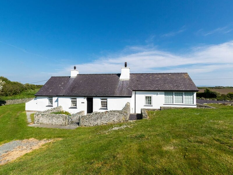 Enjoy this unique Welsh hideaway, just 200 yards from the water's edge of Cymyra, vacation rental in Valley