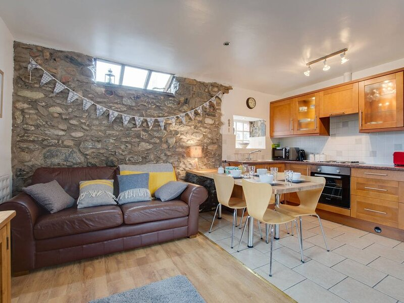 Eithinog Bach is one of two adjoining cottages in the grounds of the owners' fam, vacation rental in Dinas Dinlle