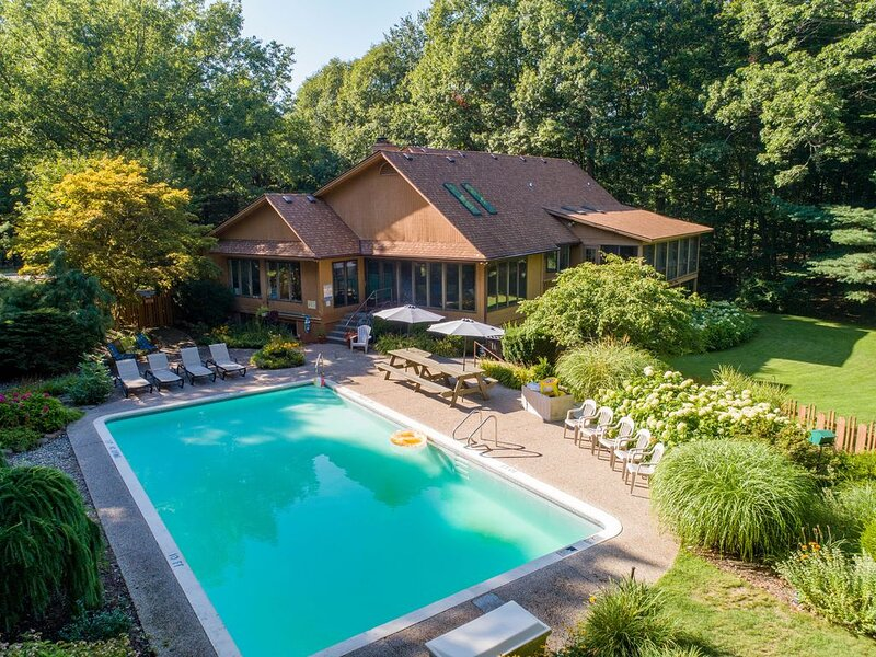 Private spacious home sleeps 18 with pool, alquiler vacacional en Holland