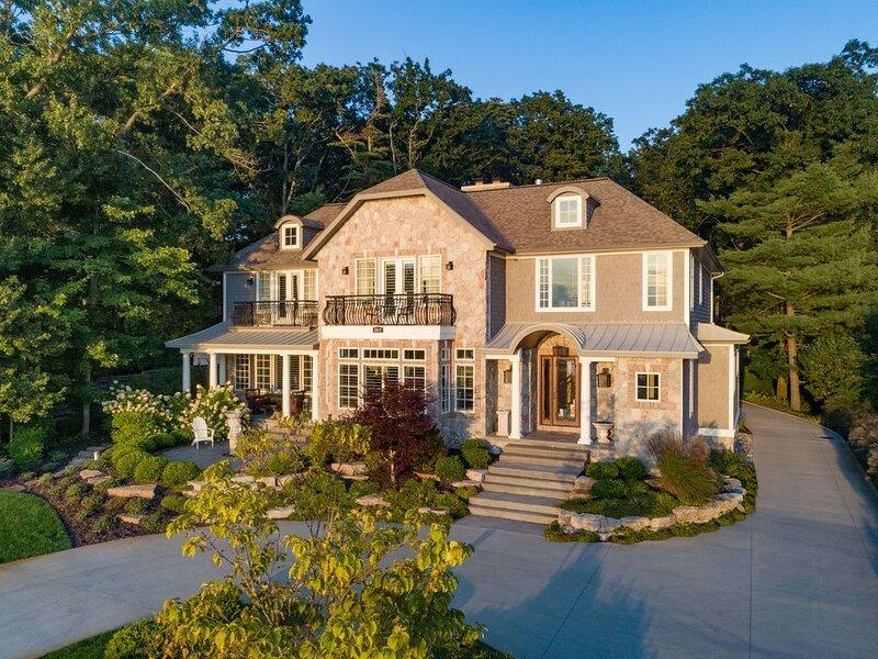 Luxurious 6 Bedroom Estate with lake view, aluguéis de temporada em Fennville