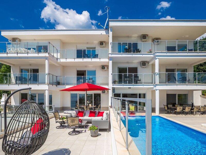 Villa Floramar mit 10 Schlafzimmern und privatem Pool für 20 Personen, holiday rental in Poljane