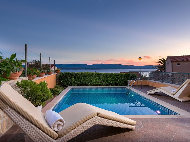Villa Mare-Bol,  2 SZ,  Pool, Internet, Zentrum von Bol, alquiler de vacaciones en Bol