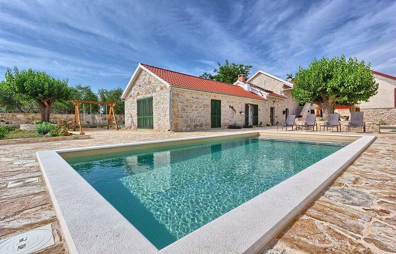 Authentisches Ferienhaus mit 4 Schlafzimmern und privatem Pool, vacation rental in Benkovac