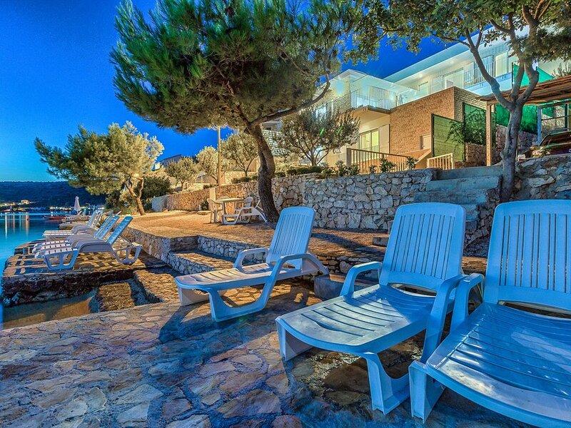 Wasserfront Villa mit 4 Schlafzimmern direkt am Strand - beheizter Pool – semesterbostad i Rogoznica