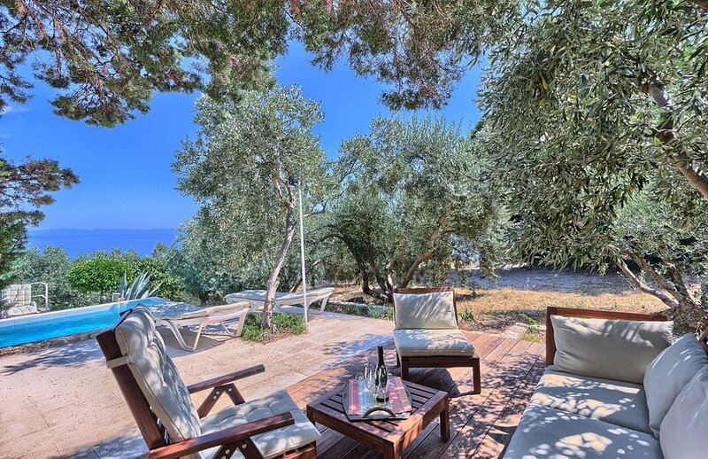 Casa Garden, 6 Schlafzimmer Haus mit beheiztem Pool und Meerblick für 12 Persone, holiday rental in Peljesac Peninsula