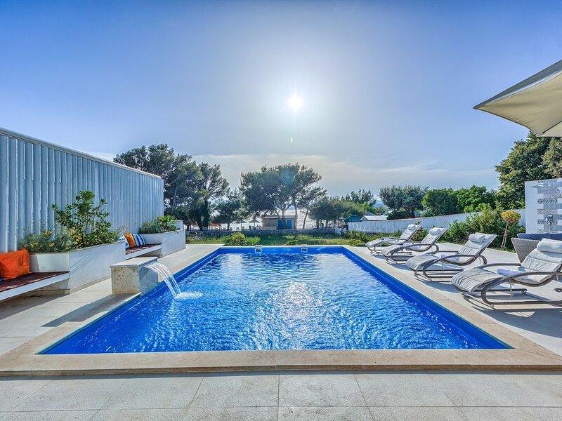 Villa Sunset Punat, 6 SZ, 12 Personen., Pool, direkt am Strand, Internet, alquiler vacacional en Krk Island