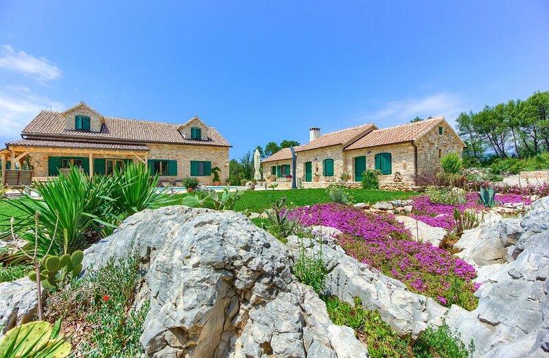 Finca Hvar, 5 Schlafzimmer,8000 qm Garten für 12 + 2 Personen, Pool, Internet, aluguéis de temporada em Hvar Island