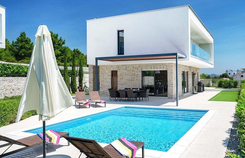 Villa Carrera, modern, 4 SZ, Pool, Whirlpool, Internet, Meerblick, fussnah Stran, holiday rental in Tribunj