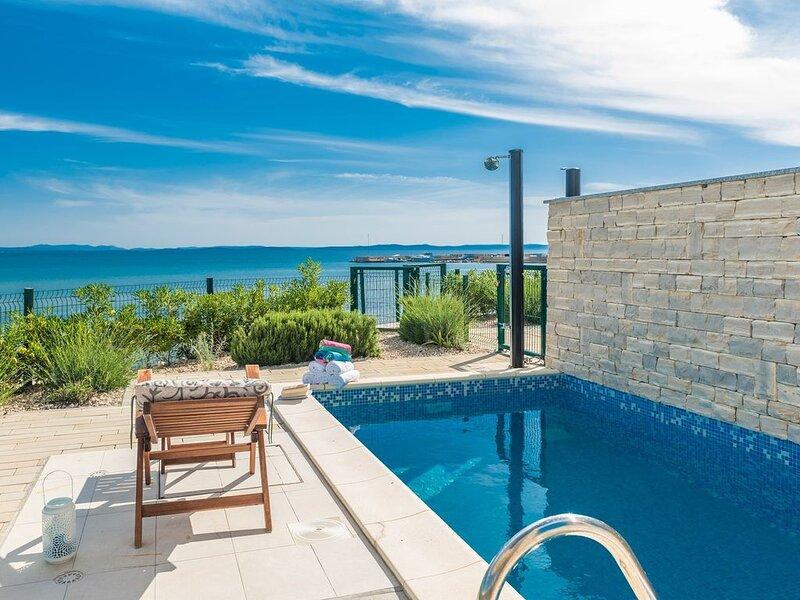 BeachFront Ferienhäuser mit 4 Schlafzimmern und Strandzugang, holiday rental in Privlaka