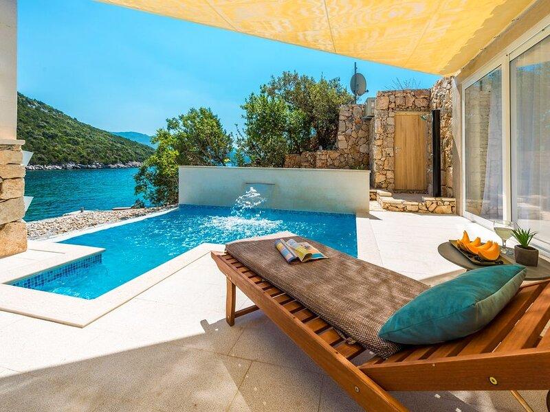 Direkt am Strand - Villa mit 2 Schlafzimmern und Pool, holiday rental in Kobas