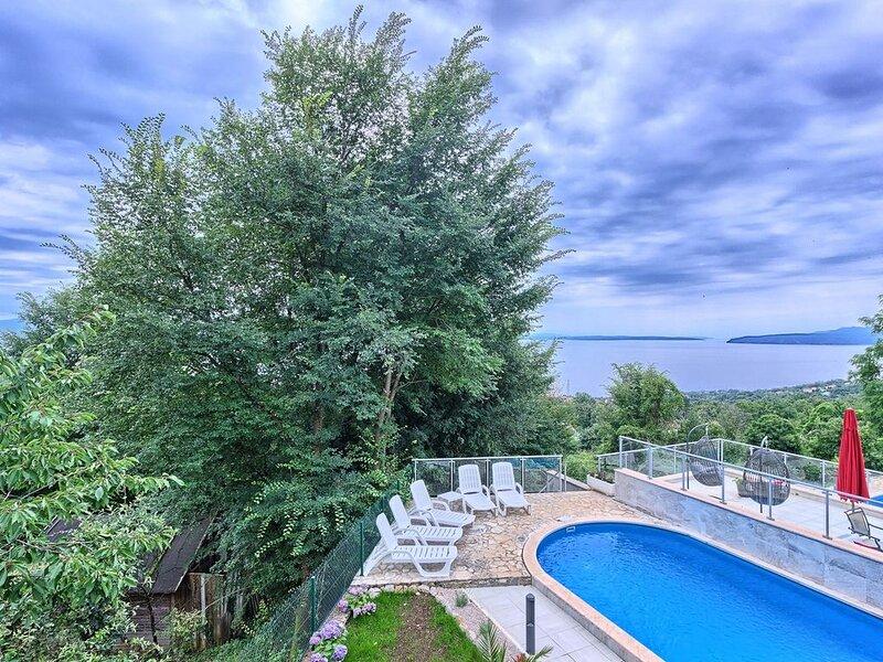 Villa Adriano, 5 SZ, 5 BZ, privater Pool, Aufzug, Internet, Meerblick - ruhig ge, holiday rental in Poljane