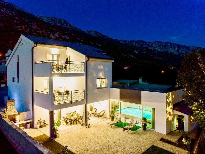 Lake & Sea House mit 4 Schlafzimmern und Indoor Pool, vakantiewoning in Lic