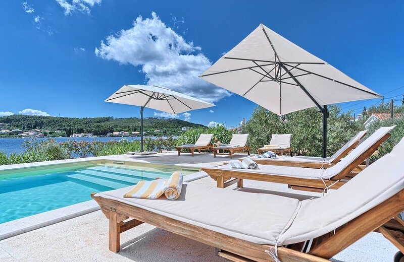 Villa Blue Bay, direkt am Strand, 4 SZ, Pool, Internet und eigenem Meerzugang, alquiler vacacional en Ugljan Island