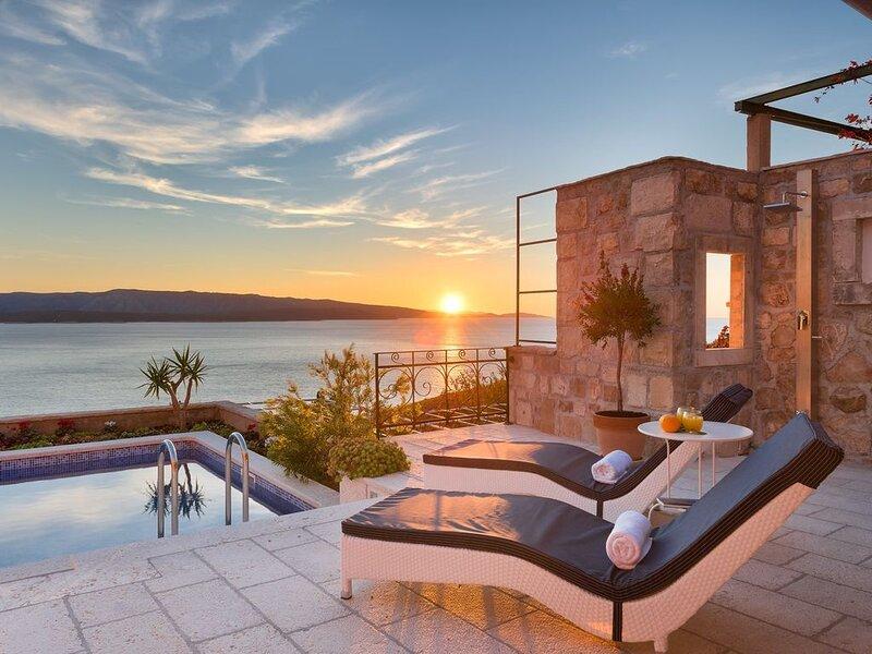 Villa Lipa-Brac, 3 Schlafzimmern, schönste Meerblick, Pool, Strandnah, location de vacances à Île de Brac