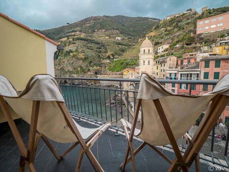 Lassù esclusivo appartamento vista mare e piazza balcone 2 camere 2 bagni, holiday rental in Vernazza