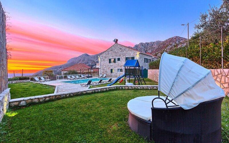 Villa Pave, 50 qm Pool, für 16 Per,. Whirlpool, Billiard + Mietwagen, Internet, location de vacances à Dubravka