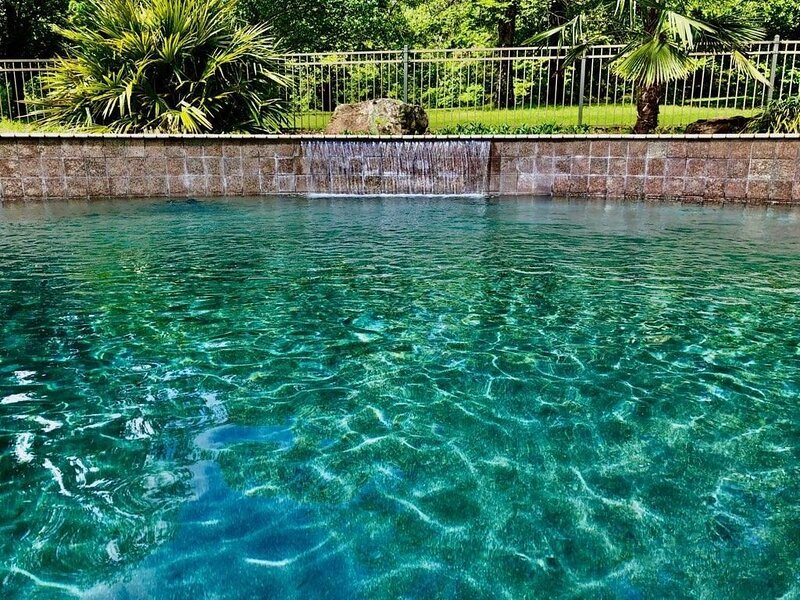 Luxury property in trout fishing resort with heated pool and hot tub. Pets OK, alquiler de vacaciones en Tumbling Shoals