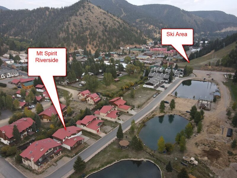 'Mountain Spirit Riverside' 1 block to ski! On the River! In Town!, holiday rental in Red River