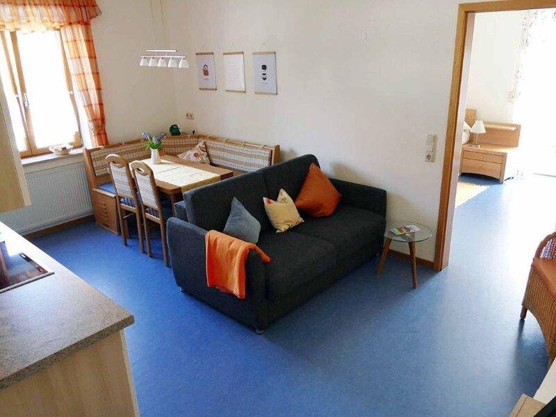 Ferienwohnung mit möblierter Holzterrasse, alquiler de vacaciones en Rottenbach